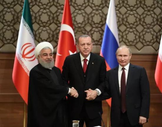 4月4日,在土耳其安卡拉,土耳其总统埃尔多安(中)、俄罗斯总统普京(右)和伊朗总统鲁哈尼出席叙利亚问题峰会后的联合记者会。新华社发(穆斯塔法·卡亚摄)