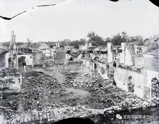 1900年,被炮火摧毁的肃王府。