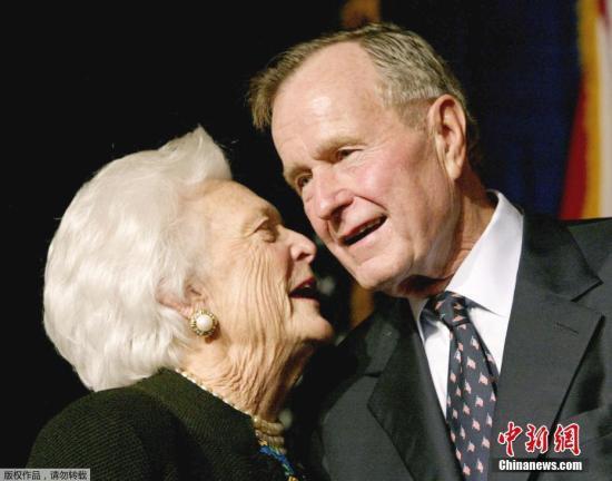 原料图:老布什和妻子芭芭拉。
