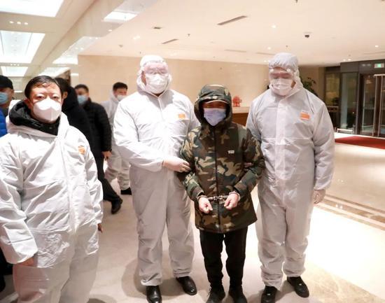 吴杰凯(右二)被抓获