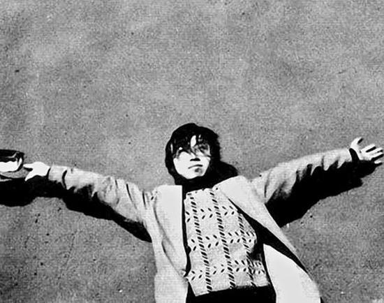 1987年秋海子在北京十三陵大红墙前留影(孙理波摄)