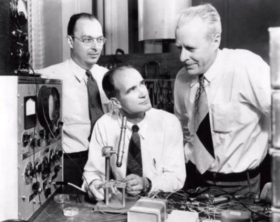 1948年贝尔实验室,巴丁(左)、肖克利(中)、布拉顿(右)