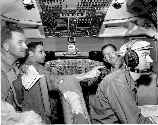 1958年4月15日,联邦航空总署和波音测试机师一起进行波音707飞行测试