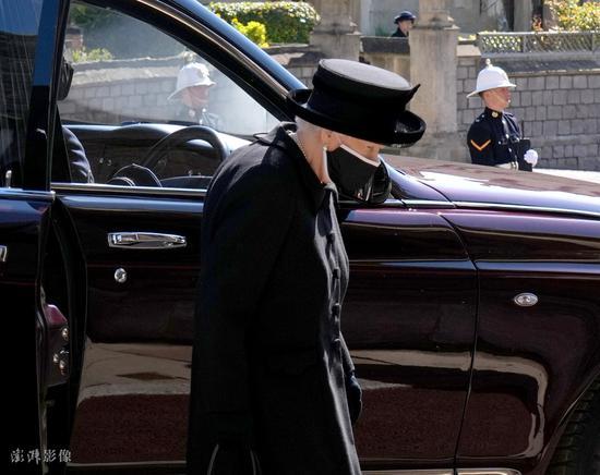 菲利普亲王葬礼举行 英国女王出席葬礼神情凝重(图)