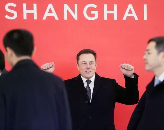 ▲1月7日,上海迄今为止最大的外资制造业项目特斯拉超级工厂在上海临港产业区正式开工建设。图为特斯拉首席执行官埃隆・马斯克(中)在奠基仪式上。(新华社)
