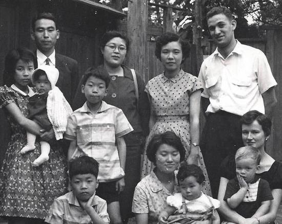 傅高义(后排右一)在日本