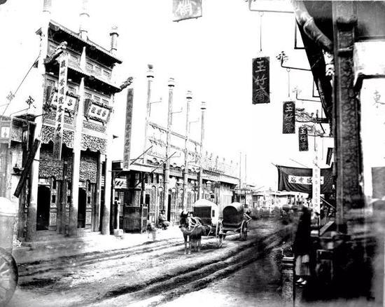 1870年代,骡马市大街被大车轧出两溜儿深深的车辙。托马斯·查尔德摄