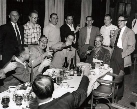 威廉·肖克利(坐着,右一)和员工举杯祝贺他获得1956年的诺贝尔物理学奖