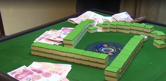 视频截图:襄阳党员干部打麻将被抓现场