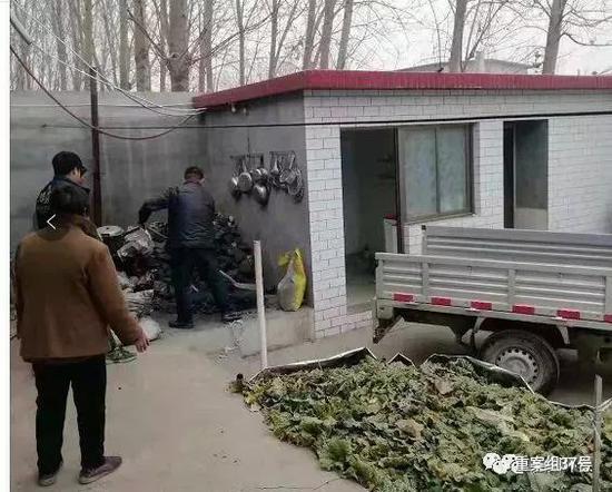 """▲弯阳有关做事人员在进走劣质散煤清算做事。来源""""弯阳环保"""""""