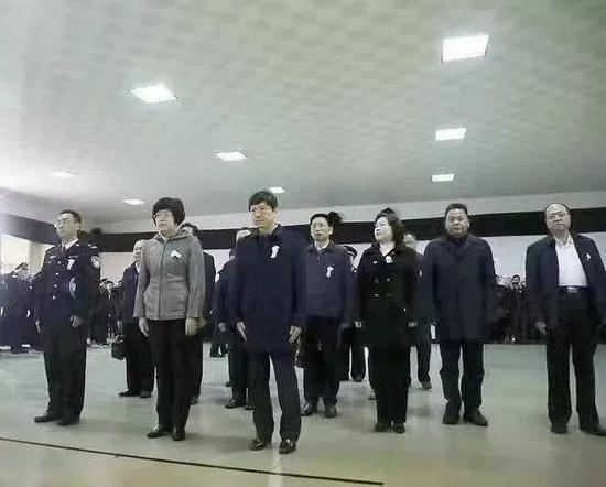 冯力军(前排中)悼念刘彦