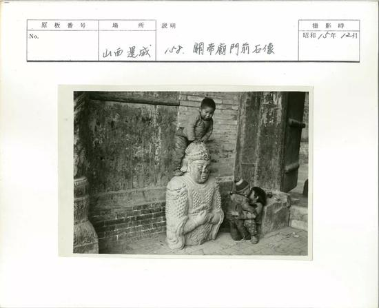 运城1940年12月,关帝庙前的石像。