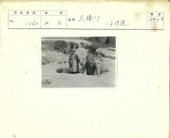 △1938年4月,天桥附近的孩子们。