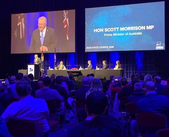 莫里森在台上演讲(社交平台)