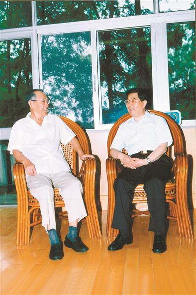 2003年8月1日,胡锦涛同志在北戴河亲昵探看王瑞林同志。 尚培彬 摄