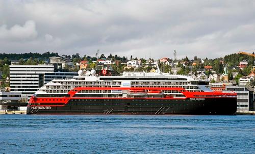 """这是8月1日在挪威北部港口特罗姆瑟拍摄的""""罗阿尔·阿蒙森""""号游轮。新华社/法新"""