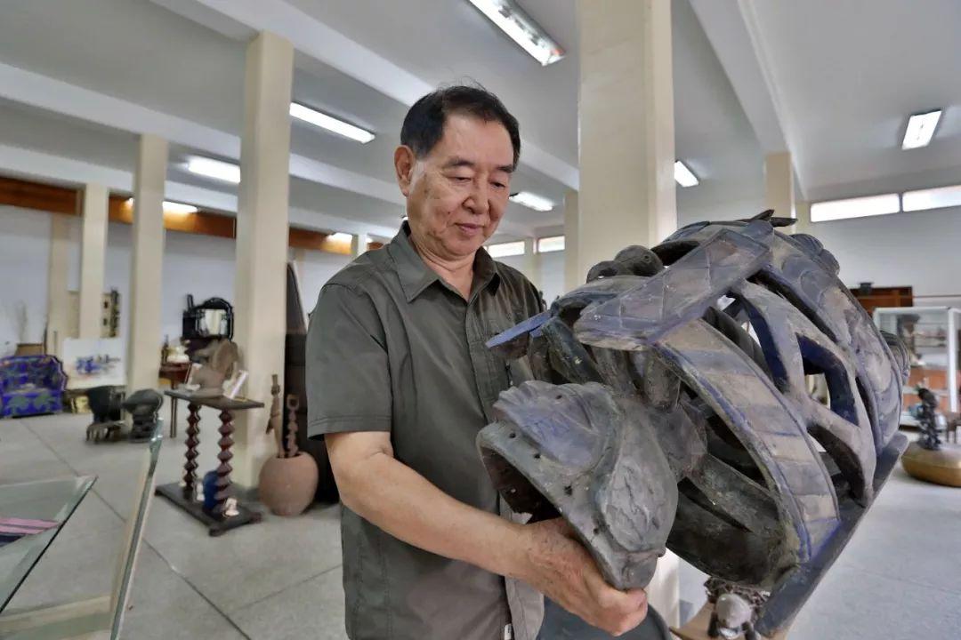 在多哥洛美艺术品商店,谢燕申在查看贝宁顶饰面具。新华社记者王腾 摄