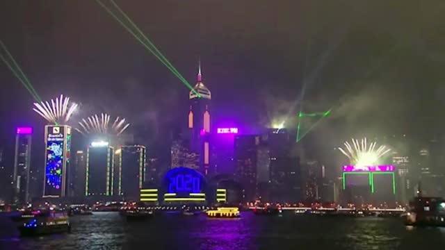 维多利亚港灯光表演_香港市民倒数迎接2020绚烂烟火与灯光秀照亮维港_视频新闻