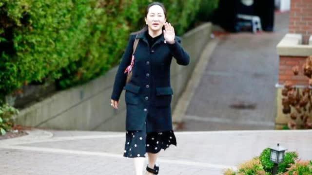 视频|孟晚舟案再开庭 穿黑色大衣脚戴电子镣铐进法院