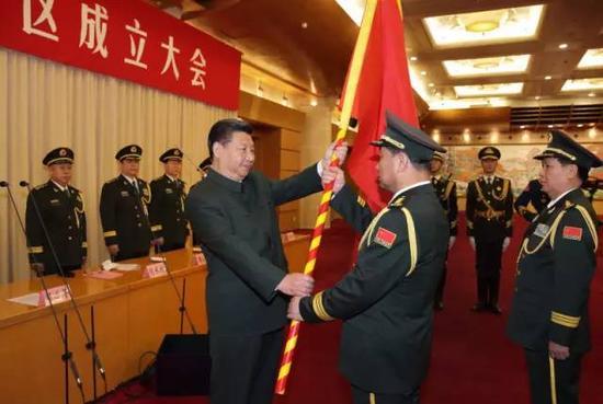 �近平�④�旗�重授予北部��^司令�T宋普�x 政委褚益民