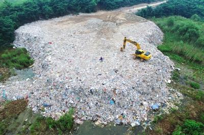 �K州相�P部�T��7月14日起�_始清理�A倒在太湖西山�u上的垃圾,到19日�F�隼�圾全部被清空。���y�,此次共清�\偷倒垃圾2.25�f��。�D/��X中��