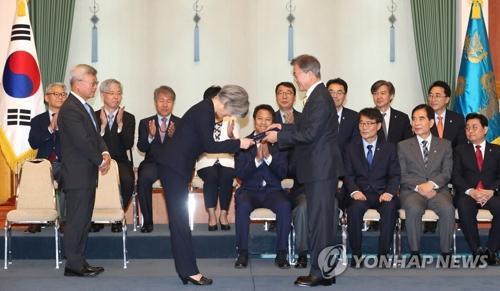 6月18日下午,韩国总统文在寅向康京和颁发外长任命书。(韩联社)