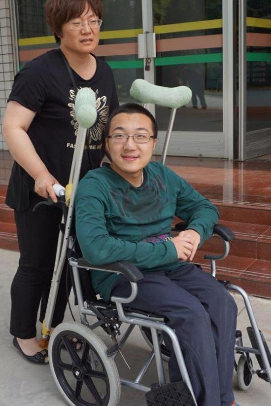带母上清华的残疾考生:天性阳光 曾指挥跳舞-雪花新闻
