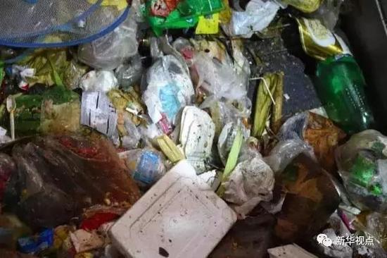 9月15日,在北京马家楼分选转运站,垃圾中混杂着不少一次性饭盒。新华社记者鞠焕宗摄