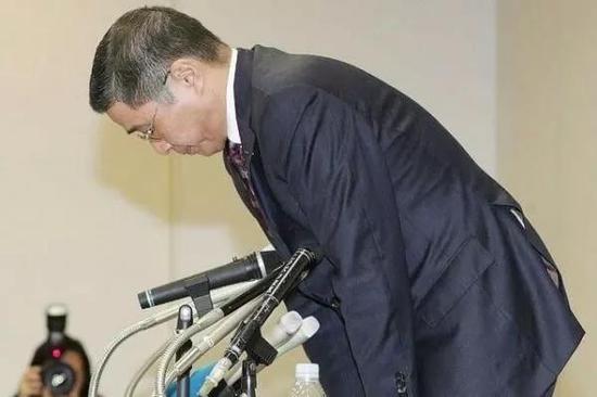 ▲10月2日,日产汽车社长兼CEO西川广人在记者会上就不合规范事件道歉。