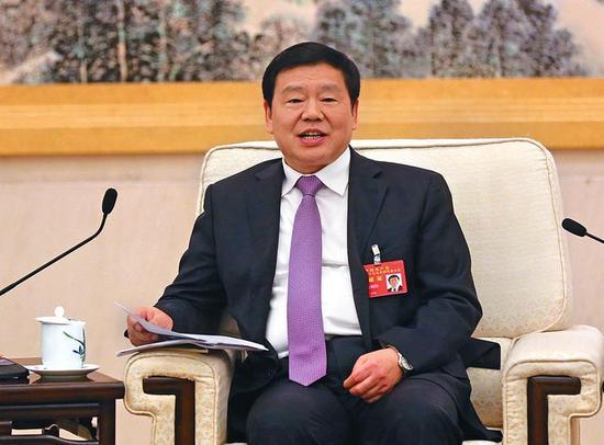 10月18日,陕西代表团团长、省委书记娄勤俭讨论党的十九大报告。