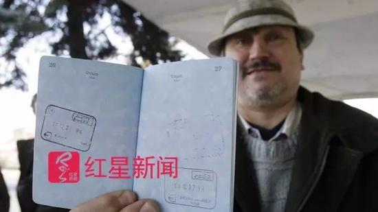 ▲一名男子展示他的护照 图据CNN