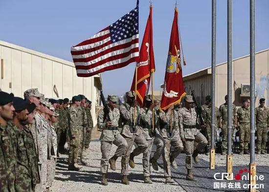 资料图片:2014年10月26日,阿富汗赫尔曼德,美英最后一批驻阿作战部队正式结束行动,收拾行装准备撤离。