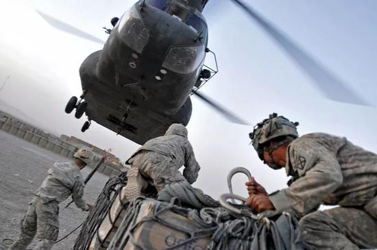 美军在阿富汗的CH-47运输机