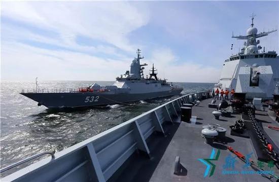 """资料图片:2017年7月26日,中国海军合肥舰与俄海军""""勇敢""""号护卫舰进行模拟补给演练。"""