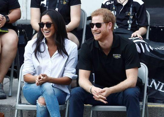 这是9月25日在加拿大多伦多拍摄的哈里王子和女友梅根·马克尔观看轮椅网球赛的资料照片。新华社/路透