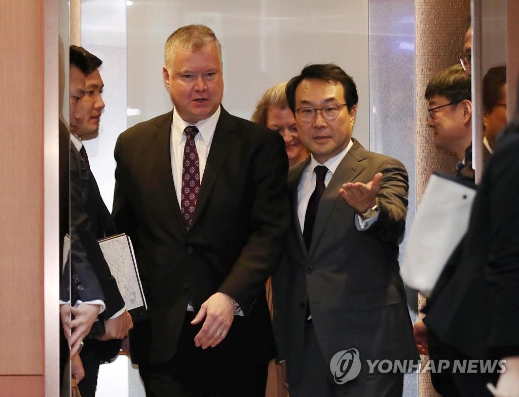 韩国外交部和平交涉本部长李度勋(右)和美国对朝政策特别代表比根(韩联社)