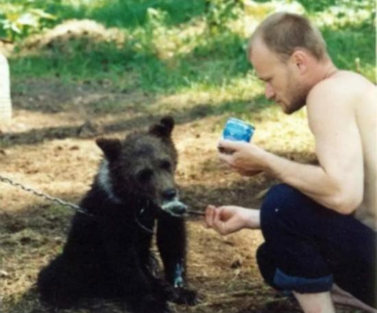 """俄罗斯外子谢尔盖和他的熊""""沃纯""""(图源:太阳报)"""