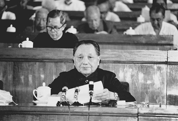 """1982年9月1日至11日,共产党第十二次代表大会在北京举行。邓小平致开幕词。他在开幕词中明确提出了""""建设有特色的社会主义""""的重大命题。图为邓小平在大会上致开幕词。 新华社发"""