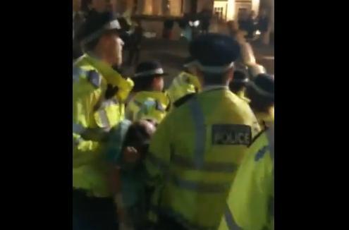14日晚,警方在特拉法加广场拘捕不合作的示威者 推特视频截图