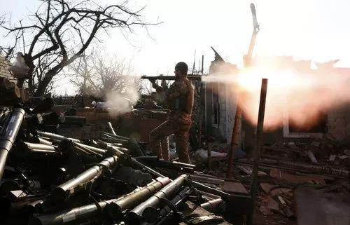 2017年3月30日,在乌克兰东部顿涅茨克州的阿夫季夫卡,别名乌克兰士兵发射榴弹。新华社/法新