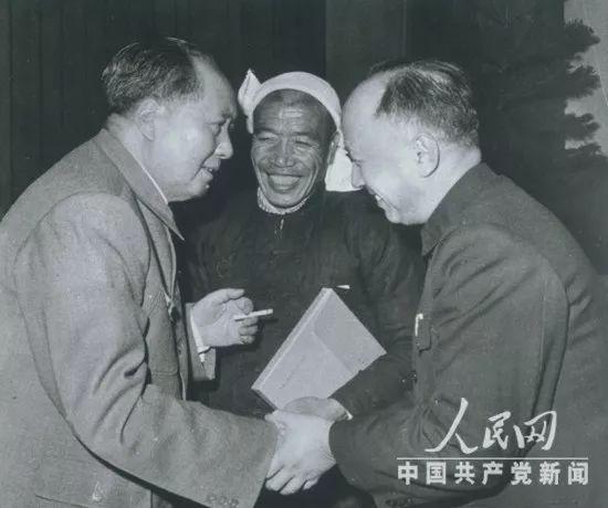 △1964年12月26日,钱学森受到毛泽东主席接见。那年的10月16日,中国自走研制的第一颗原子弹爆炸成功。