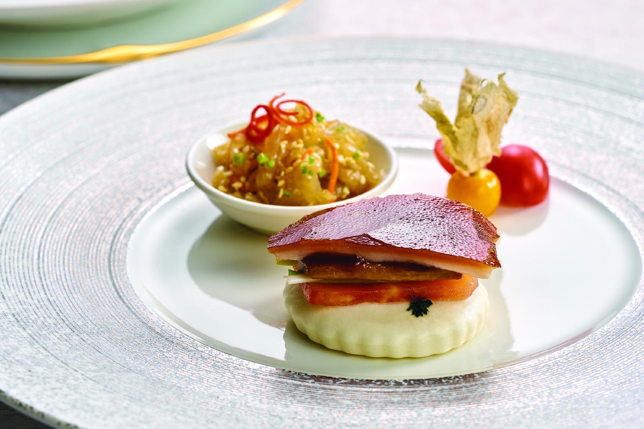 鹅肝酱片皮乳猪。图片来源/北京首都机场东海康得思酒店供图
