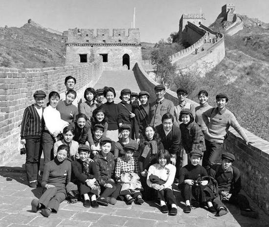1971年10月18日,日本松山芭蕾舞团部分成员在北京游览长城。新华社记者 郭占英 摄