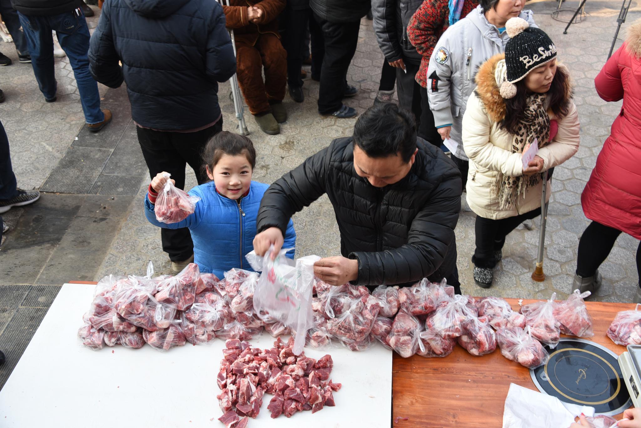 1月1日,孙相符理现场派发羊肉。受访者供图