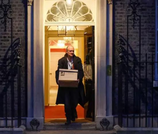 上周五,卡明斯抱着纸箱脱离唐宁街。/《卫报》截图