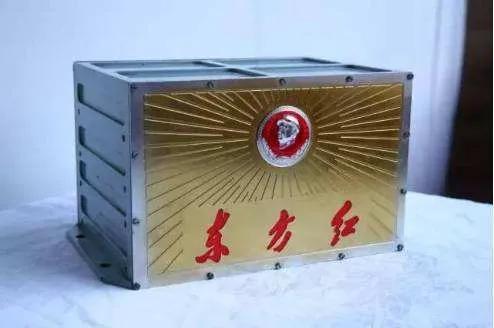 镶有毛主席像章的《东方红》乐音装置