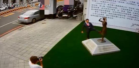 日方代表藤井实彦用脚踹慰安妇铜像(图:视频截图)