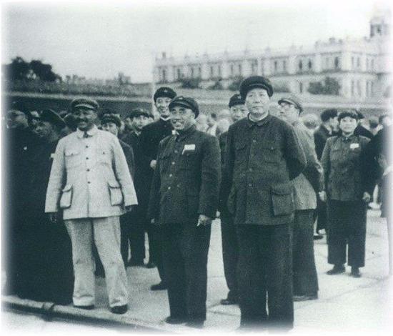 1949年9月30日,毛泽东等中国人民政治协商会议第一次全体代表大会的代表们来到天安门广场