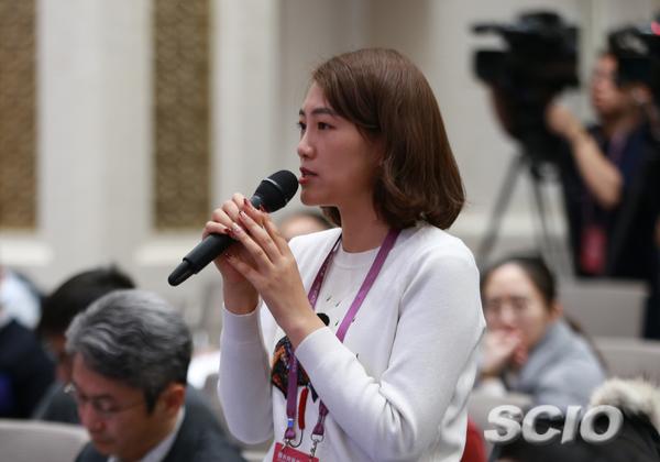 中间广播电视总台央视记者挑问(栾海军 摄)