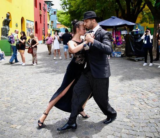 在布宜诺斯艾利斯市博卡区,一对舞者当街跳起探戈。(新华社记者姚大伟摄)